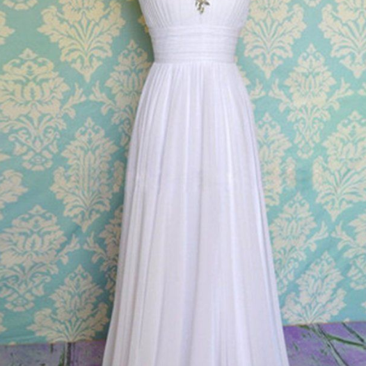 A heart - shaped white gown with white gown with crystal chiffon gown, evening dress.